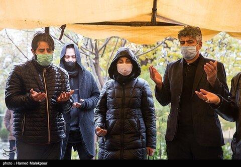 فاطمه معتمدآریا و سلمان فرخنده در مراسم تشییع و خاکسپاری پیکر زندهیاد پرویز پورحسینی