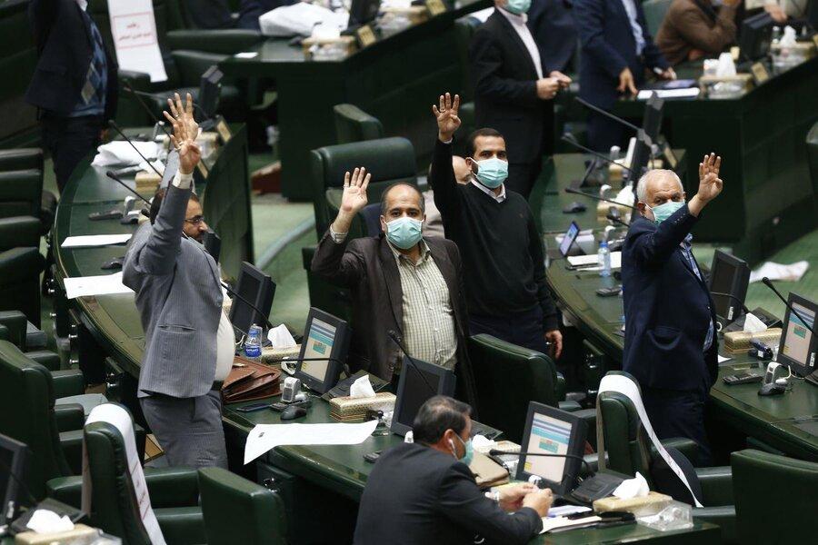 تصاویر متن و حاشبه روز جنجالی مجلس؛ همه نمایندگانی که عدد ۴ را نشان میدهند