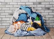 از بین بردن لکه عرق از روی لباس با چند پاککننده طبیعی