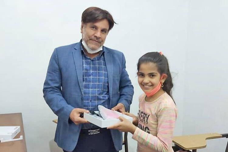 آقای حسین اسدی میگوید: «شاد کردن دل بچههایی که هیچ ندارند، بزرگترین پاداش و احساس است.