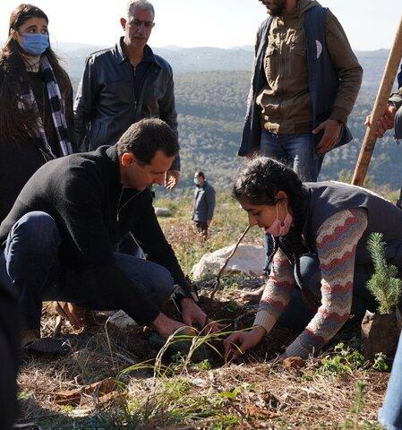تصاویر درختکاری بشار اسد و همسرش در طرطوس