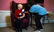 عکس روز | واکسن کرونا برای زنی صد ساله