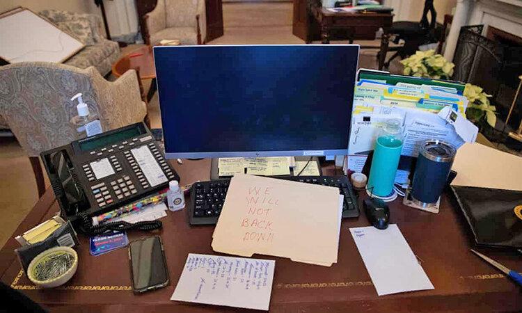 حمله اوباش به دفتر نانسي پلوسي در كنگره