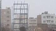 ویدئو | سقوط اسکلت فلزی ساختمان در حال ساخت در بلوار امامت مشهد در باد شدید