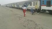 عکس | طوفان شن، قطار زاهدان - کرمان را از ریل خارج کرد | آخرین وضعیت سلامت مسافران
