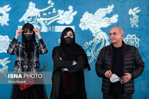 پرویز پرستویی، باران کوثری و لاله مرزبان بازیگران فیلم «بی همه چیز» در سی و نهمین جشنواره فیلم فجر
