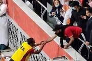 دست دادن با اسطوره باشگاه باعث محرومیت دو بازیکن فوتبال شد!
