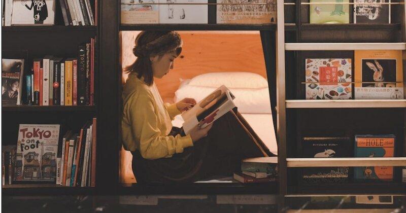 تصاویر | اقامت در هتل-کتابفروشی عجیب ژاپنی | رختخواب میان قفسههای کتاب