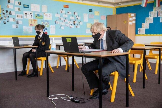 «بوریس جانسون» در جریان بازدید از یک مدرسه در لندن در کلاس مجازی شرکت میکند./ انگلستان