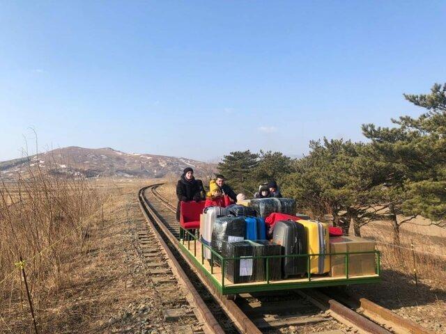 دیپلمات روس به همراه خانوادهاش از یک واگن دستی برای خارج شدن از کره شمالی در دوران اجرای محدودیتهای کرونایی در پیونگیانگ استفاده میکنند./ کره شمالی/ رویترز