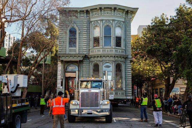 یک خانه ۱۳۹ ساله به محل جدیدی منتقل میشود چراکه در موقعیت مکانی اولیه آن یک آپارتمان ۸ طبقه ساخته خواهد شد. / کالیفرنیا / ایالات متحده آمریکا / رویترز