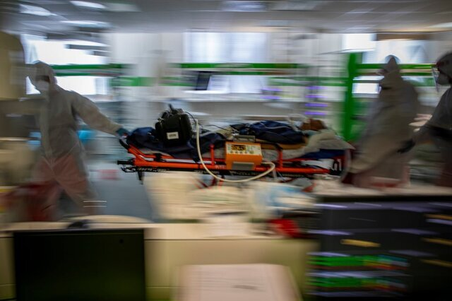 کادر پزشکی یکی از بیماران مبتلا به «کووید-۱۹» را از بیمارستانی که ظرفیت آن تکمیل شده است به بیمارستان دیگری منتقل میکنند. به گفته وزیر بهداشت جمهوری چک، ظرفیت تختهای مراقبت ویژه بیمارستانهای این کشور درحال تکمیل شدن هستند./ جمهوری چک