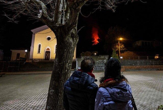مردم در حال تماشای گدازههایی هستند که با فوران آتشفشان «اتنا» به بیرون پرتاب شدهاند./ سیسیل / ایتالیا / خبرگزاری فرانسه