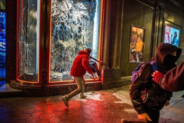 معترضان در جریان اعتراض ها علیه دستگیری «پابلو هاسل» رپر اسپانیایی شیشه یک فروشگاه را میشکنند. این خواننده به حمایت از تروریسم و توهین به سلطنت محکوم شده است./ بارسلونا / اسپانیا