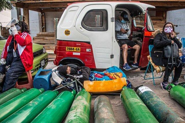 گروهی از مردم در «لیما» برای پر کردن کپسول اکسیژن انتظار میکشند. بستگان مبتلایان به ویروس کرونا با آغاز موج دوم ابتلا به ویروس کرونا در تلاش برای تامین کپسولهای اکسیژن هستند./ پرو/ خبرگزاری فرانسه
