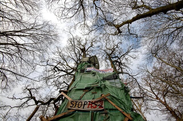 تصویری از اردوگاه فعالان معترض به ساخت یک بزرگراه. فعالان هفته جاری از این منطقه تخلیه شدند. معترضان معتقدند بزرگراه در دست ساخت لندن به بیرمنگام چند جنگل و منطقه حیات وحش را به خطر انداخته است./ انگلستان