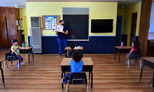 استراتژی دولت بایدن برای بازگشایی مدارس در آمریکا ا روانشناسان: قطع ارتباط دانشآموزان تجربهای مثل سوگواری است