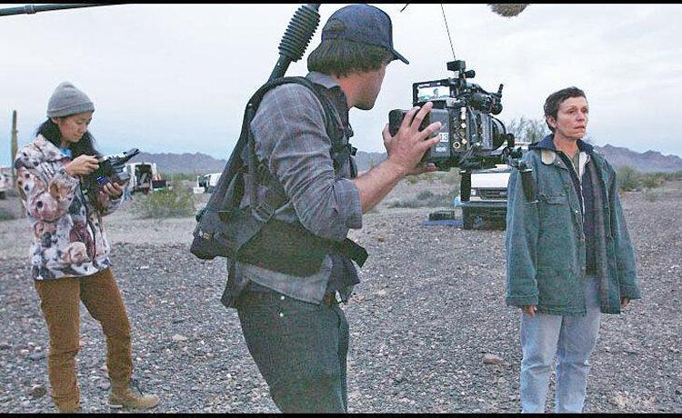 کلویی ژائو و فرانسیس مکدورمند در فیلم سرزمین آوارهها