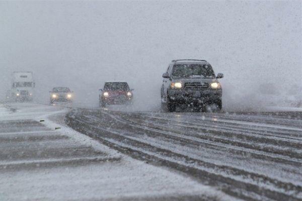 بارش برف و باران در بیشتر جادههای کشور