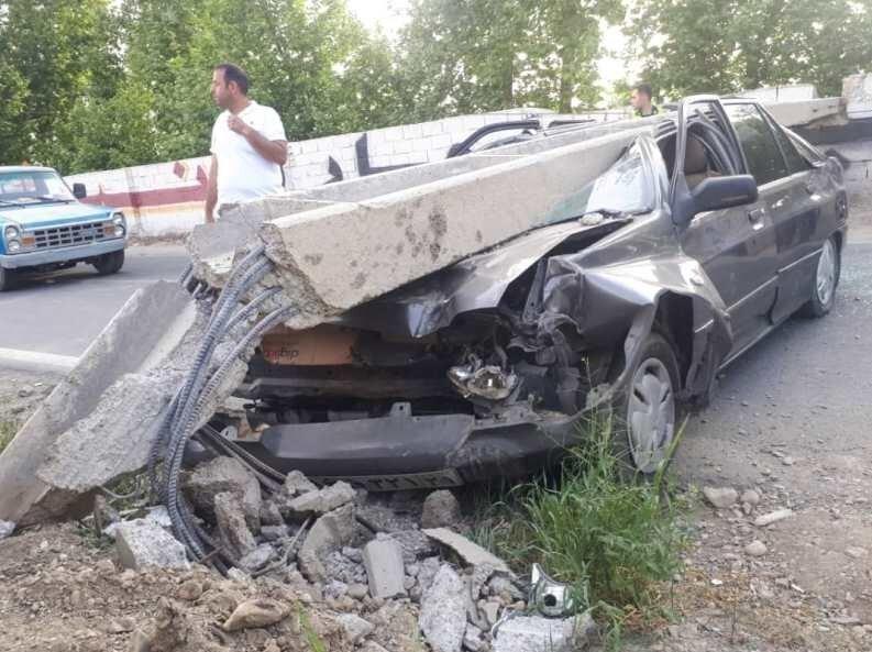 تصاویر | نجات معجزهآسای راننده پراید از سقوط تیر چراغ برق