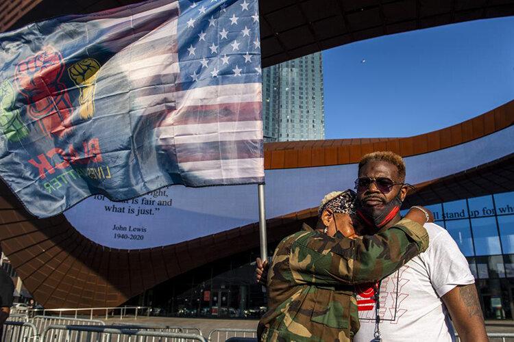تصاویر | واکنش سیاهپوستان آمریکا به حکم دادگاه قاتل جورج فلوید؛ اشک، شادی و فریاد پیروزی