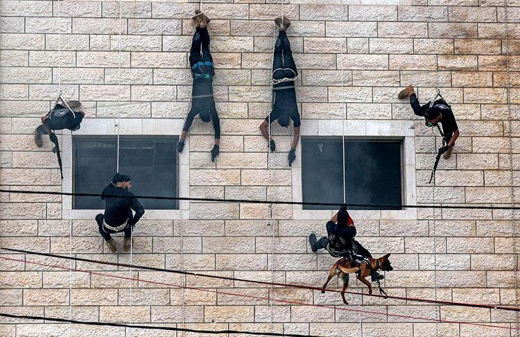 عکس روز | نمایش آمادگی نیروهای ویژه حماس در جشن دانشآموختگی پلیس غزه – فلسطین
