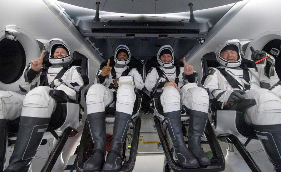 سفینه دراگون با چهار فضانورد در اقیانوس فرود آمد  نخستین فرود یک سفینه فضایی سرنشیندار در دریا پس از ۵۳ سال