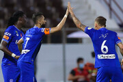 عکس |نماز جماعت رقیب استقلال در زمین فوتبال