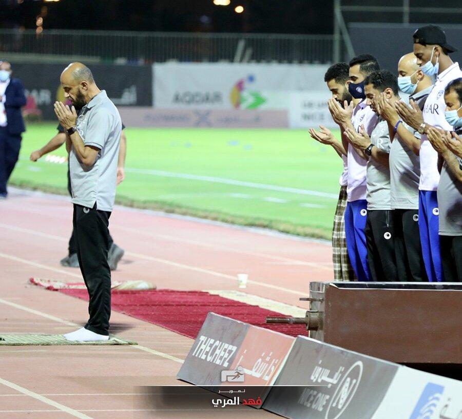 عکس  نماز جماعت رقیب استقلال در زمین فوتبال