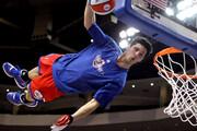 ویدئو | صحنهای کاملا عجیب در بسکتبال | گیر افتادن بازیکن در سبد!