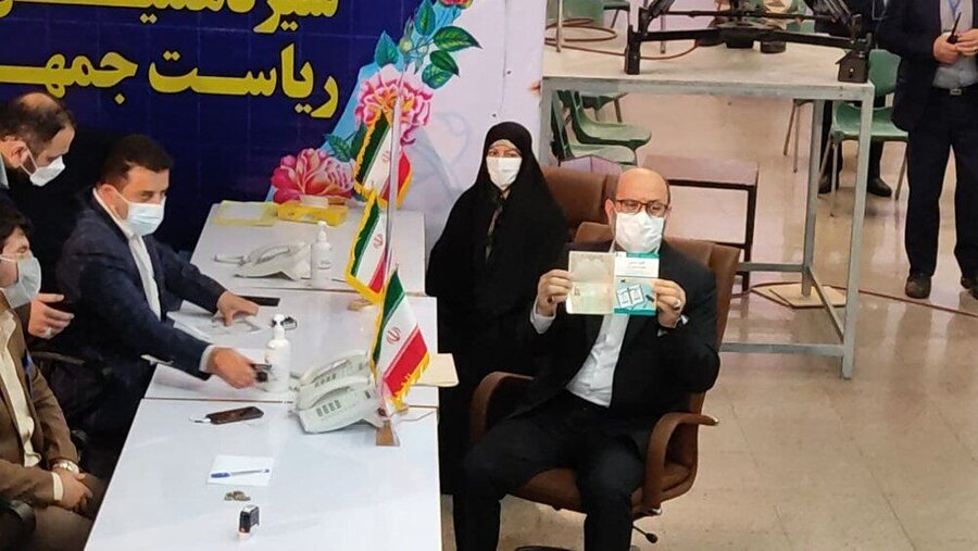 عکس   سردار دهقان و همسرش در ستاد انتخابات