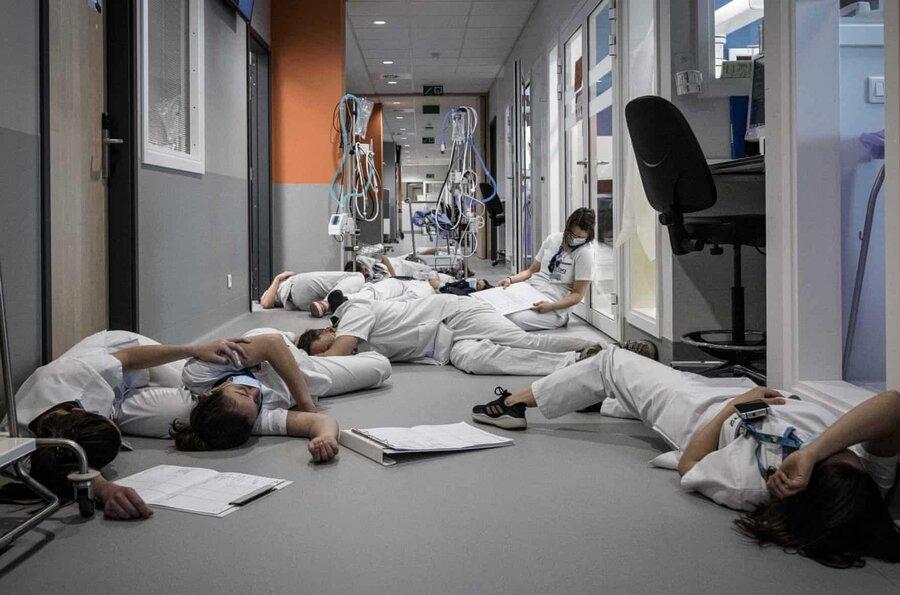عکس روز| تظاهرات خوابیده