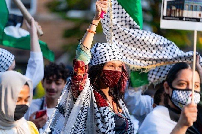 عکس روز| مدل فلسطینی در کنار مردم غزه