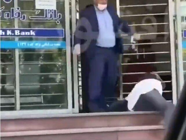 ویدئو | ماجرای ضرب و شتم زن جوان توسط کارمند بانک چه بود؟