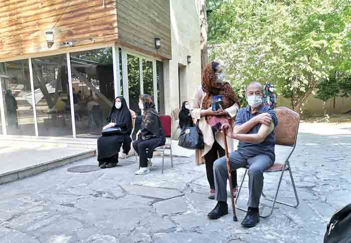 پدربزرگها و مادربزرگها به صف | راهنمای واکسیناسیون کرونا در شمال تهران