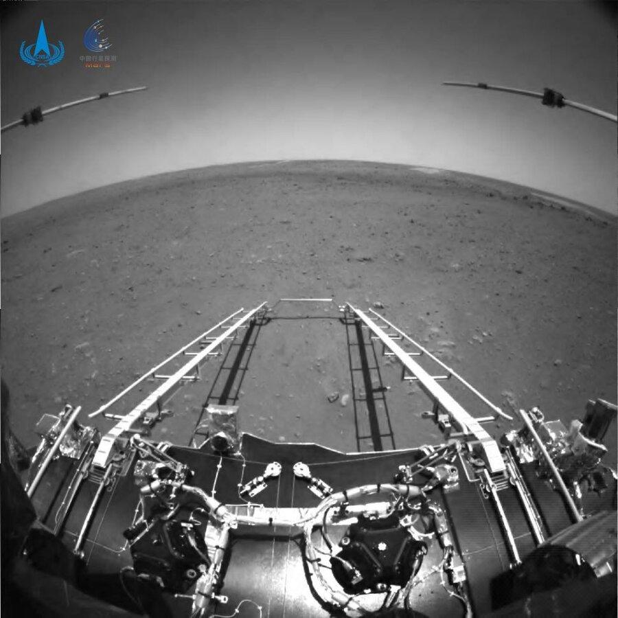 چین نخستین عکسهای کاوشگر «ژورونگ» از مریخ را منتشر میکند