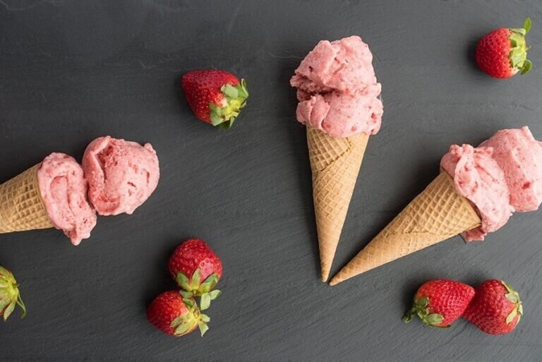 طرز تهیه بستنی توتفرنگی   ترفندی برای برای یخ نزدن روی بستنی خانگی