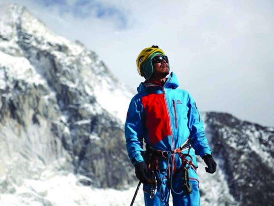 نخستین مرد نابینای آسیا به اورست صعود کرد