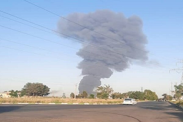مصدومشدن ۲۴ نفر در آتشسوزی کارخانه مواد غذایی | حال یک نفر وخیم است