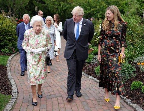 کری جانسون، سمت راست، همسر بوریس جانسون (نخست وزیر انگلیس) پیراهنی گلدار از مارک انگلیسی The Vampire's Wife به تن کرد.