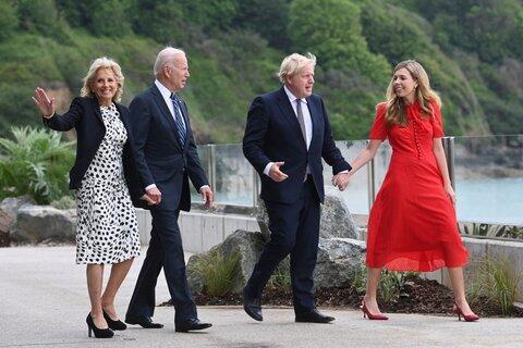 نخست وزیر انگلیس بوریس جانسون و همسرش کری جانسون با جو بایدن رئیس جمهور آمریکا و جیل بایدن بانوی اول ایالات متحده در حال قدم زدن بیرون از هتل - عکس: خبرگزاری فرانسه