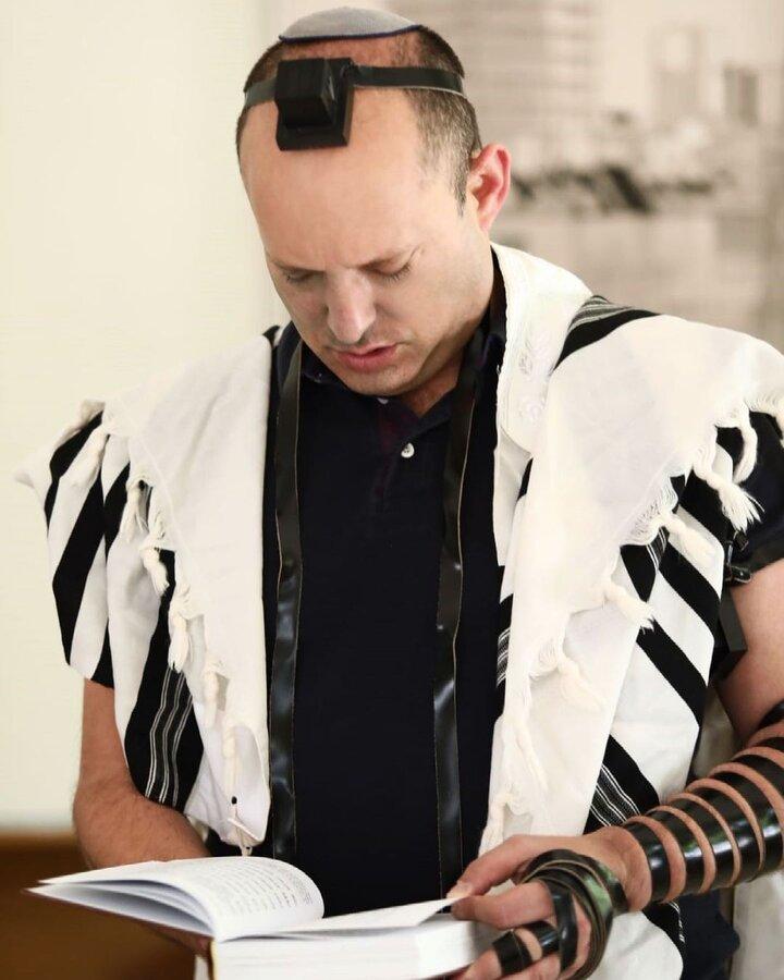 عکسهای دیدهنشده نفتالی بنت | کلاه مخصوص یهودیان چیست و چگونه روی سر میماند؟