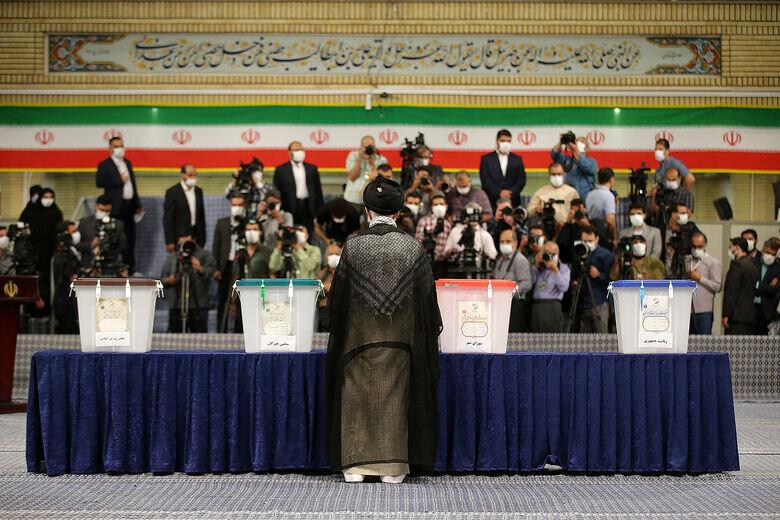 تصاویری متفاوت از رأی دادن رهبر معظم انقلاب