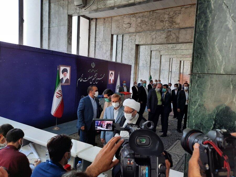 تصاویر   رئیس مجمع تشخیص مصلحت نظام رأی خود را به صندوق انداخت