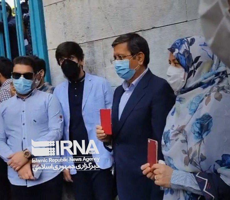 ویدئو   همتی با همراهی همسرش در حسینیه ارشاد  در انتخابات شرکت کردند