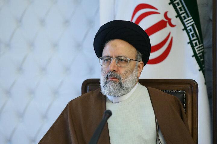 عکس رسمی رئیسی با پرچم ایران