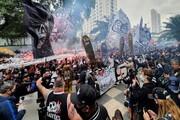 عکس | تجمع ترسناک در برزیل | تهدید بازیکنان با تابوت جلوی درب باشگاه