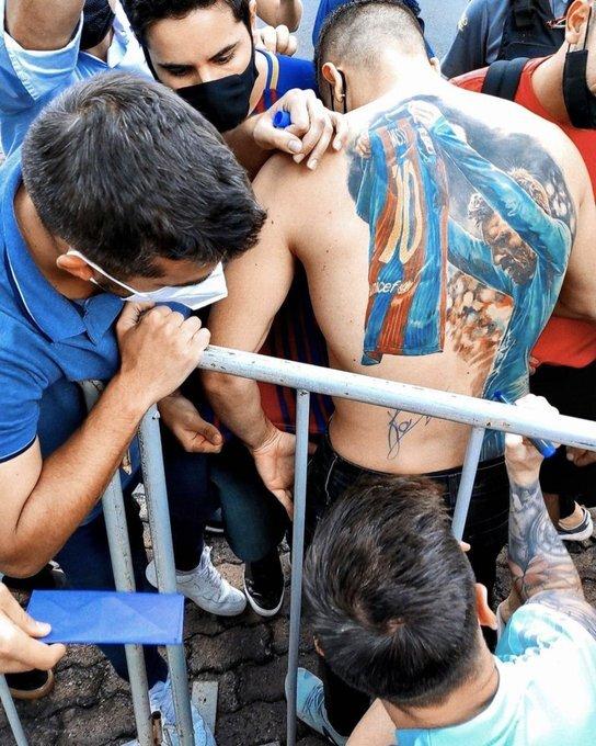 عکس | مسی فردی که عکسش را تتو کرده بود پیدا کرد | خاصترین یادگاری ستاره آرژانتینی به یک هوادار