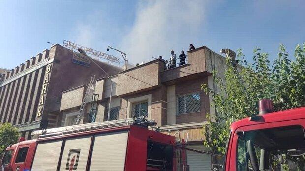 آتشسوزی در خیابان سعدی تهران | نجات ۱۸ نفر از میان دود و آتش