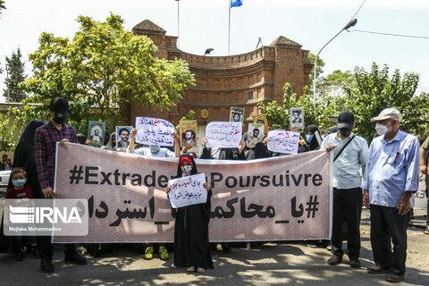 تجمع بازماندگان شهدای هفتم تیر مقابل سفارت فرانسه